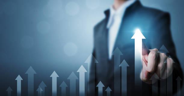 企業發展到成功和增長的理念。商人指點箭頭圖企業未來增長計畫和增長百分比 - 成功 個照片及圖片檔