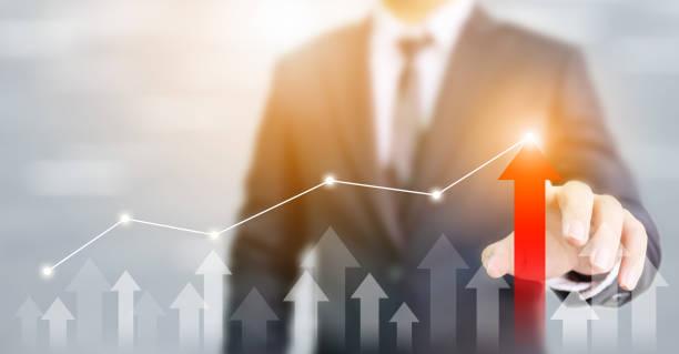 Geschäftsentwicklung zum Erfolg und wachsendes Wachstumskonzept. Geschäftsmann zeigt roten Pfeil Graph Corporate Future Wachstumsplan – Foto