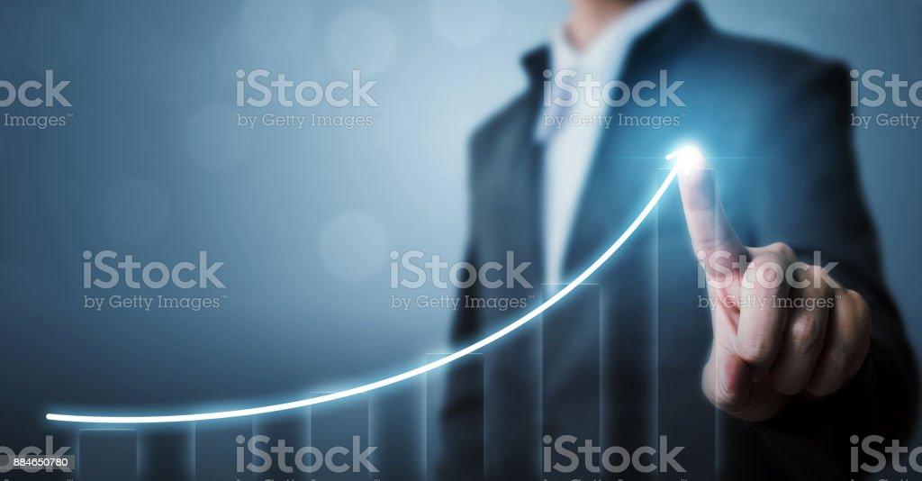 Desarrollo de negocios con éxito y creciente concepto de crecimiento, plan de crecimiento futuro de la empresa de empresario señalando flecha gráfica foto de stock libre de derechos