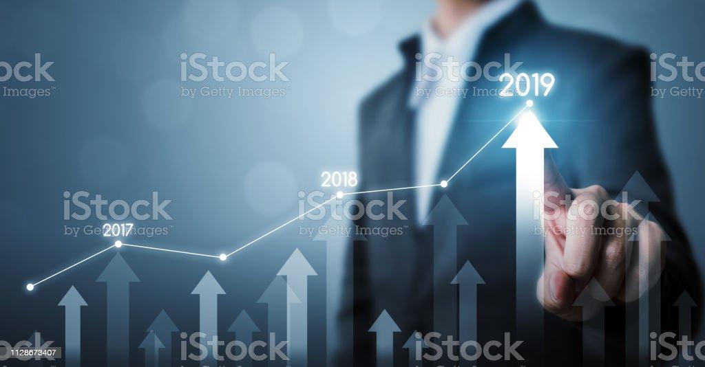 Geschäftliche Entwicklung zum Erfolg und wachsende Jahr 2019 Wachstumskonzept, Geschäftsmann zeigenden Dot Graph und Pfeil künftige Unternehmenswachstum Leinenplan – Foto