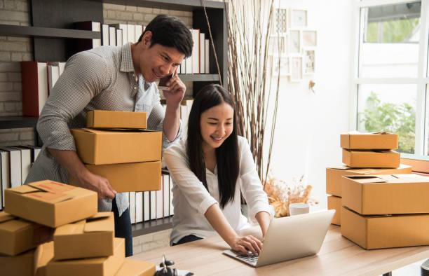 digitale Online-Geschäft liegt Kleinunternehmen einen Neuanfang in der Gegenwart für Online-Shop. Haben Sie von Frau und Mann Besitzer ein Lager verwendet, um an Kunden zu senden. KMU-Unternehmer-Konzept – Foto