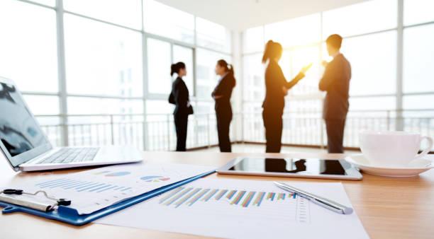 business discutendo - persona in secondo piano foto e immagini stock