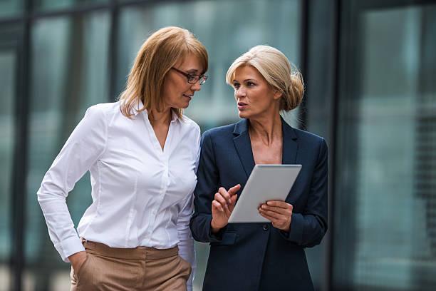 discussão de negócios - senior business woman tablet imagens e fotografias de stock