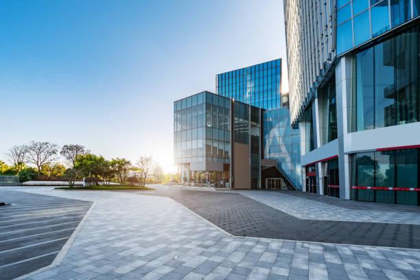 prédio de escritórios da business district building street - arranha céu - fotografias e filmes do acervo