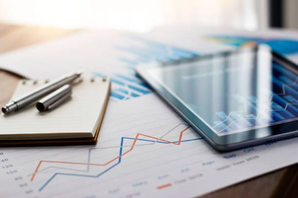 geschäftsdokumentbericht auf papier und tablet mit verkaufsdaten und finanzgeschäftswachstumsdiagramm auf tabellenhintergrund. - geschäftsstrategie stock-fotos und bilder
