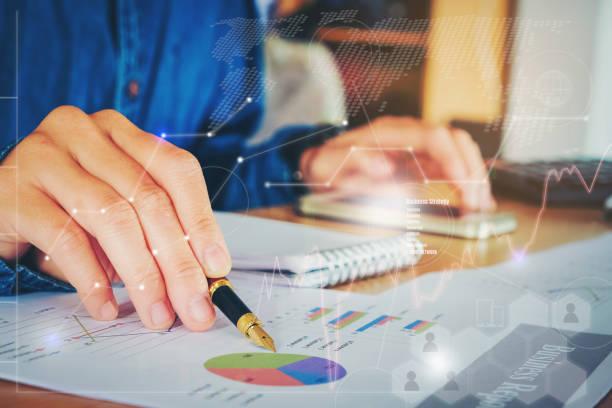 geschäftsdokumente auf bürotisch mit smartphone-graph finanzielle mit sozialen netzwerk-diagramm und mann arbeitet im hintergrund - lesen arbeitsblätter stock-fotos und bilder