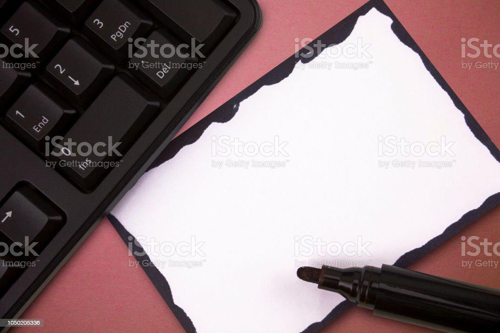 Geschäftliche leere Vorlage für das Layout für Einladung Grußkarte Förderung Poster Gutschein nicht begrenzten schwarzen Stift weiß Blankopapier Pad Tastatur Hardware beachten – Foto