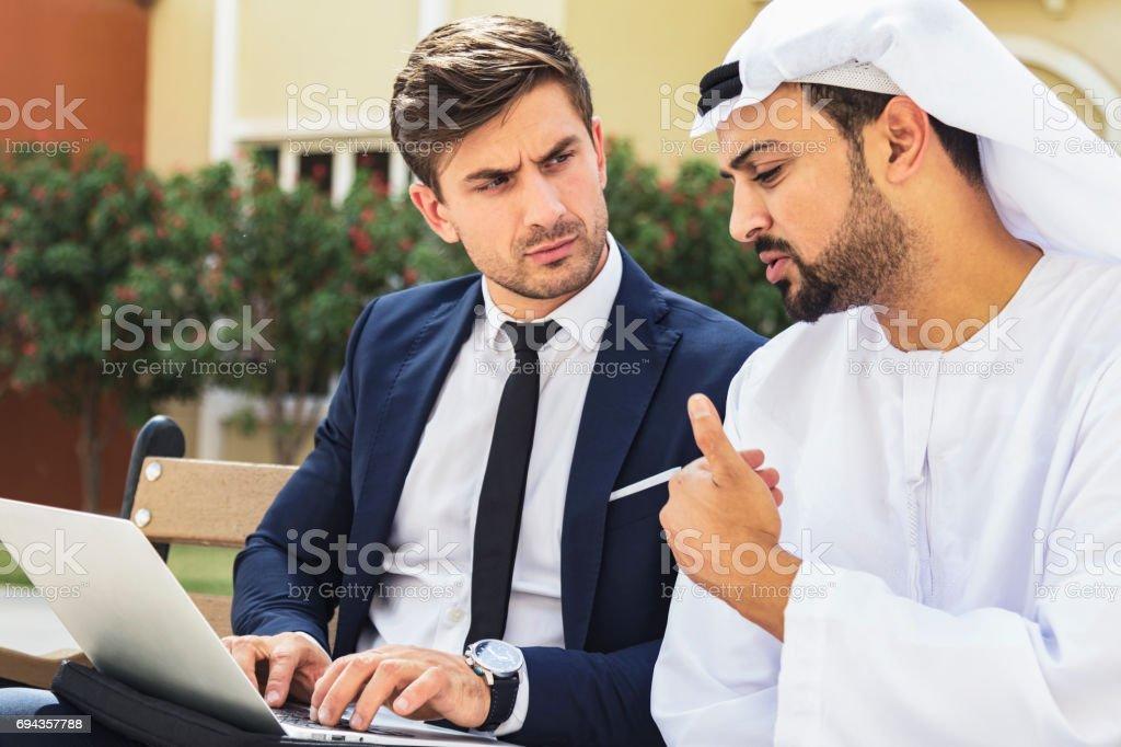 Führungskraft ein Gespräch mit einem arabischen Geschäftsmann – Foto