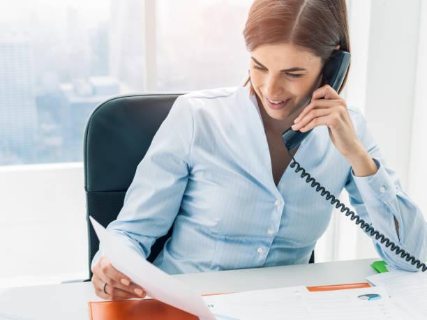 Geschäftsführung arbeitet im Büro und telefoniert – Foto