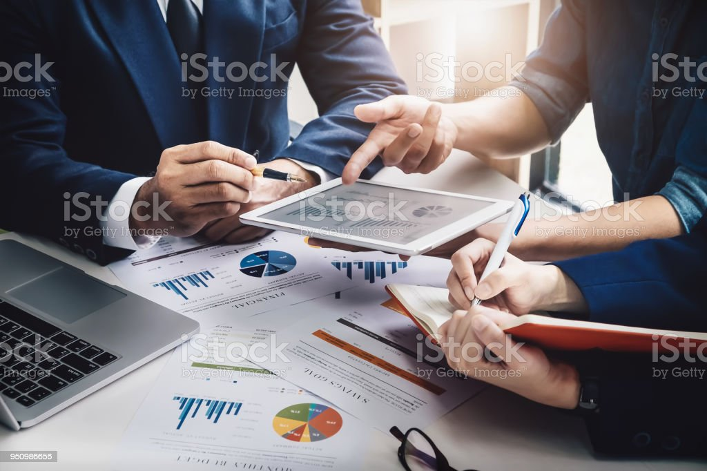Business Finance, accounting, contract, advisor investment consulting marketing plan for the company with using tablet and computer technology in analysis. - foto stock
