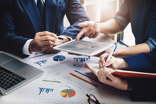İşletme Finansı Sözleşme Danışmanı Yatırım Danışmanlık Pazarlama Planı Ile Analizde Tablet Ve Bilgisayar Teknolojisini Kullanarak Şirket Için Muhasebe Stok Fotoğraflar & Bütçe'nin Daha Fazla Resimleri
