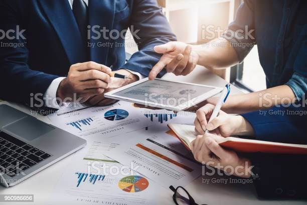 Business Finance Accounting Contract Advisor Investment Consulting Marketing Plan For The Company With Using Tablet And Computer Technology In Analysis — стоковые фотографии и другие картинки Анализировать