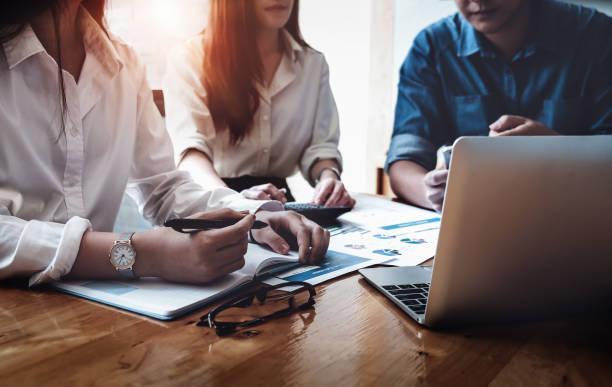 finanzielle wirtschaft, business steuerberater und diskutieren mit partner treffen sich, um audit-finanzen planung vertrieb um im nächsten jahr gesetzten ziele zu erfüllen. budget-plan-konzept. - buchprüfung stock-fotos und bilder