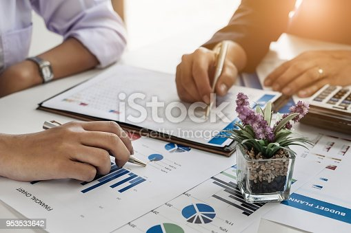 950986656istockphoto Business Financial concept, Businessmen hire professional consultants to explain the marketing principles in the company. 953533642