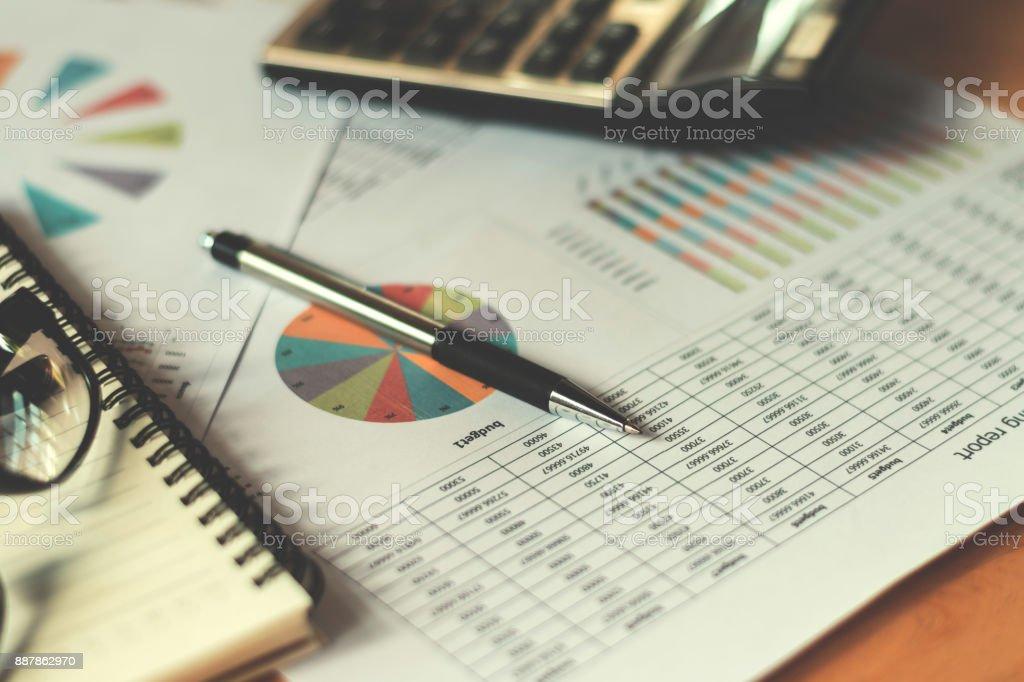 concept d'affaires financière avec stylo calculatrice et rapport comptable au bureau - Photo
