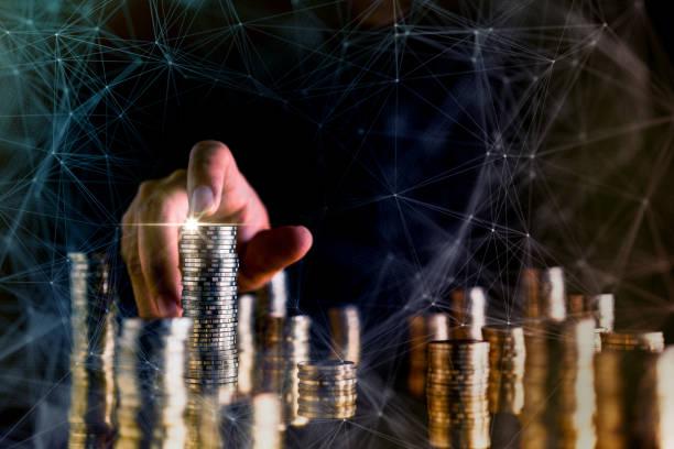 Business Financial ideas Konzept Geschäftsmann Hand Geldstapel schwarzen Hintergrund – Foto