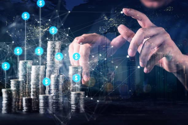 Business Finanzinvestor Hand steuern Geldmünzen Wachstumsgewinn-Strategie Ideenkonzept mit virtuellem Icon-Diagramm Diagramm – Foto
