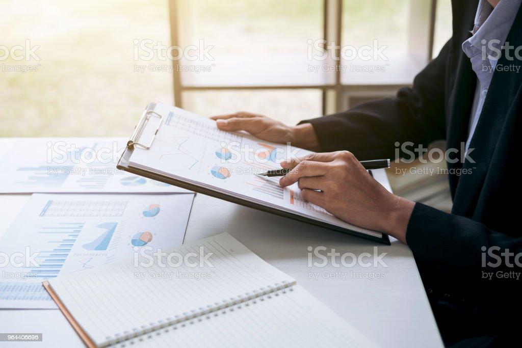 Zakelijke financiering Accounting Banking Concept, zakenvrouw met behulp van document en Financiën, doen berekenen over kosten voor onroerend goed investeringen en in andere, belastingstelsel - Royalty-free Accountancy Stockfoto