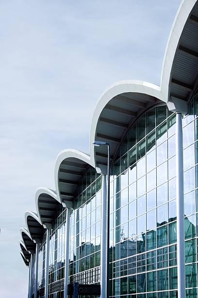 business-glas-fassade vertikale aufnahme - hotel stadt hamburg stock-fotos und bilder