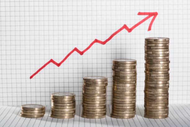 business-grafik mit pfeil und münzen zeigen gewinn - inflation stock-fotos und bilder
