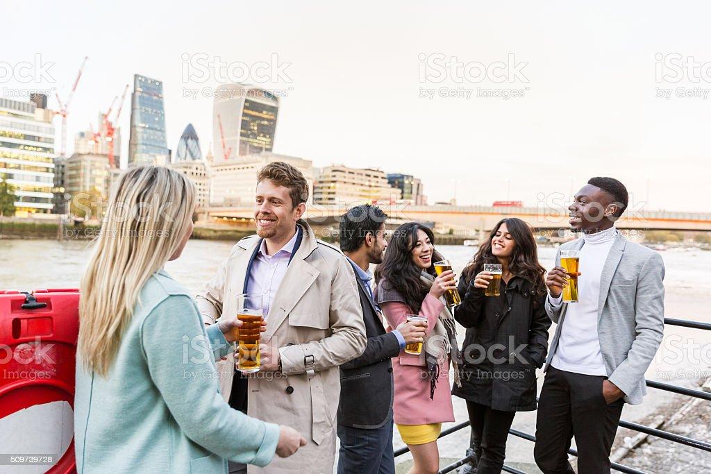 Gruppo di affari, bere una birra dopo il lavoro a Londra - foto stock