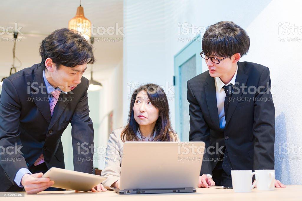 ラップトップコンピュータを使用してビジネスグループ ストックフォト