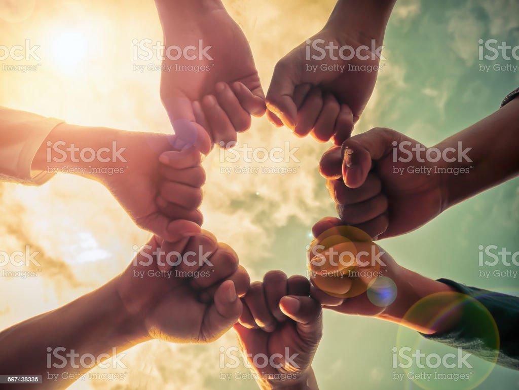 Grupo de negócios com os conceitos de trabalho em equipe juntos, de mãos - foto de acervo