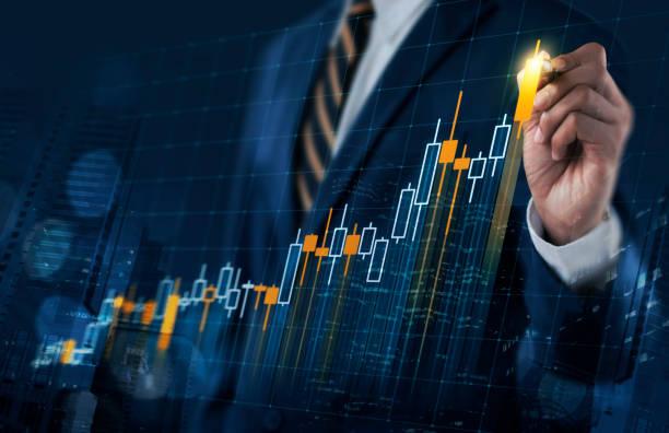 concepto crecimiento, progreso o éxito del negocio. empresario es dibujar un diagrama de barras comunes de holograma virtual creciente sobre fondo azul oscuro. - inversión fotografías e imágenes de stock