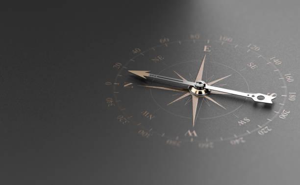 business guidance oder orientierungskonzept. kompass über schwarzem hintergrund - anleitung konzepte stock-fotos und bilder