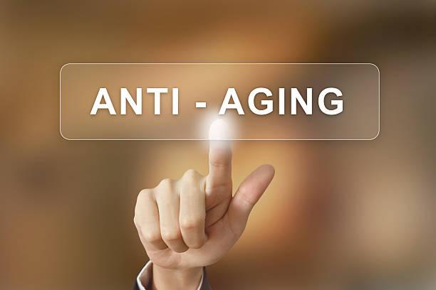 business hand auf anti-aging-Schaltfläche auf verschwommene Hintergrund – Foto