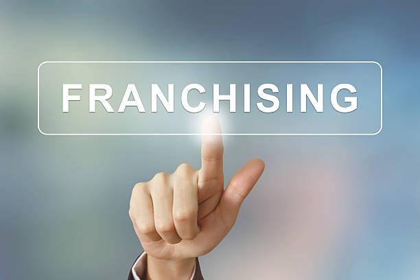 business hand auf franchising-Taste auf verschwommene Hintergrund – Foto