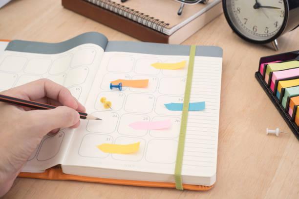 Hand Liste Kalender Planer Geschäftstreffen auf Büro-Schreibtisch. Organisationsverwaltung erinnern Konzept. – Foto