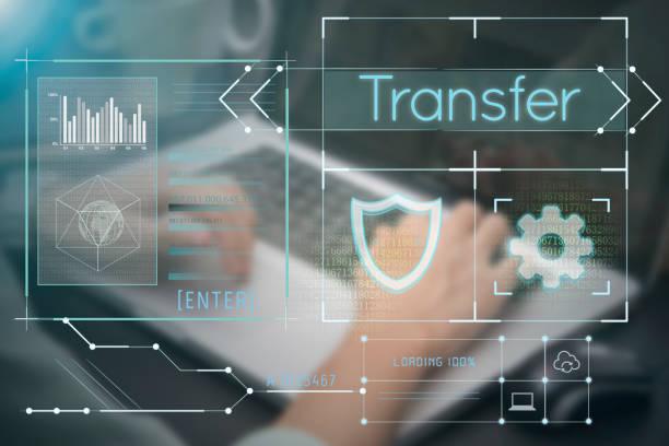 Unternehmen der Hand Tippen auf der Computertastatur mit Transfer-Homepage auf dem Bildschirm Daten System Relocation Webseite Webseite Konzept. – Foto
