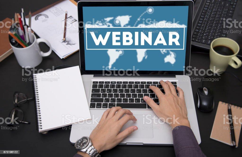 Unternehmen der Hand Tippen auf Laptoptastatur mit Webinar-Homepage auf dem Bildschirm. Lernkonzept Internet Webseite Web-Seite. – Foto