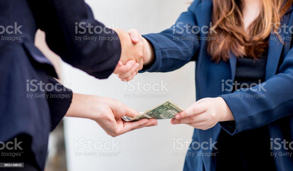 uścisk dłoni i pracy zespołowej dla pieniędzy i osiągnięcia sukcesu - Zbiór zdjęć royalty-free (Wspólnie korzystać)