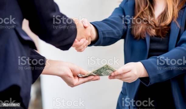 Uścisk Dłoni I Pracy Zespołowej Dla Pieniędzy I Osiągnięcia Sukcesu - zdjęcia stockowe i więcej obrazów Wspólnie korzystać