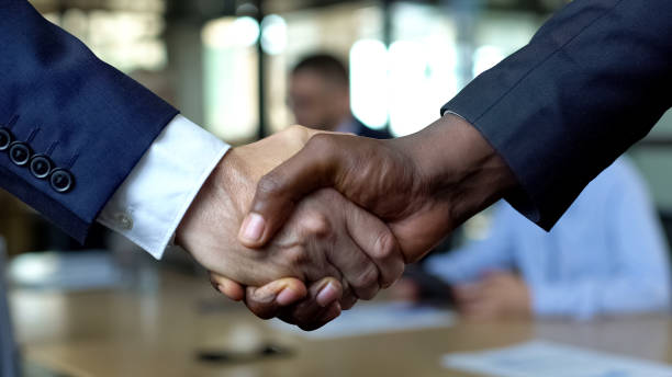 chiusura di stretta di mano aziendale, partner che si stringono la mano per l'approvazione del contratto - near foto e immagini stock