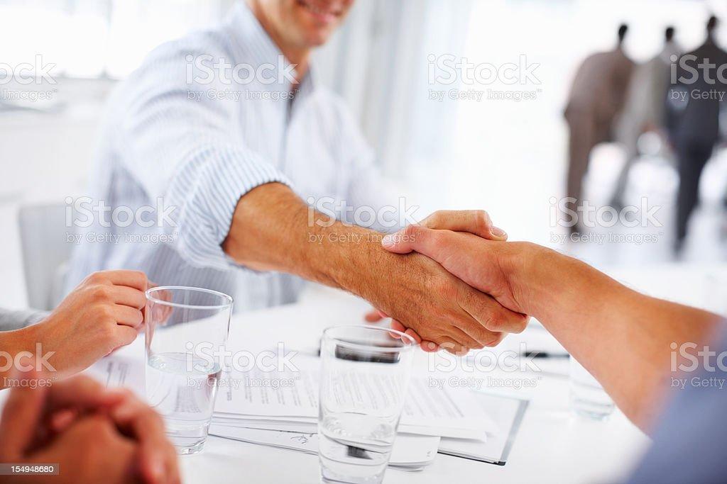Business handshake in den Meetingräumen Lizenzfreies stock-foto
