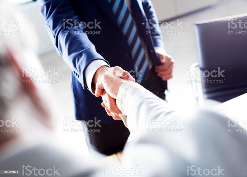 Poignée de main affaires dans le bureau - Photo