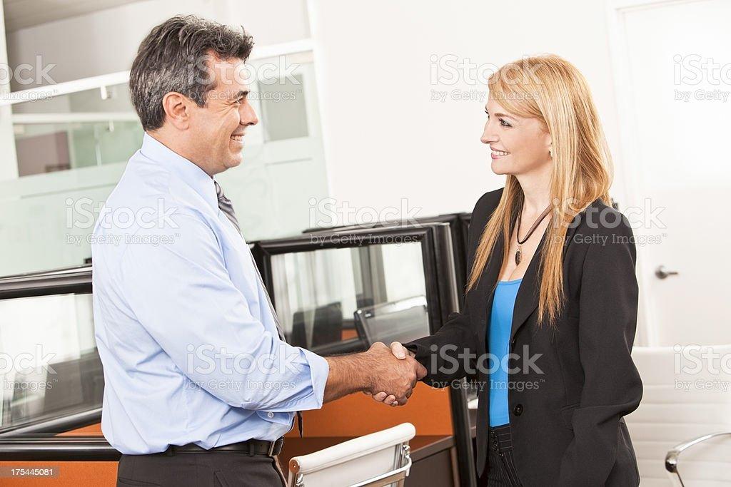 Apretón de manos de negocios - foto de stock