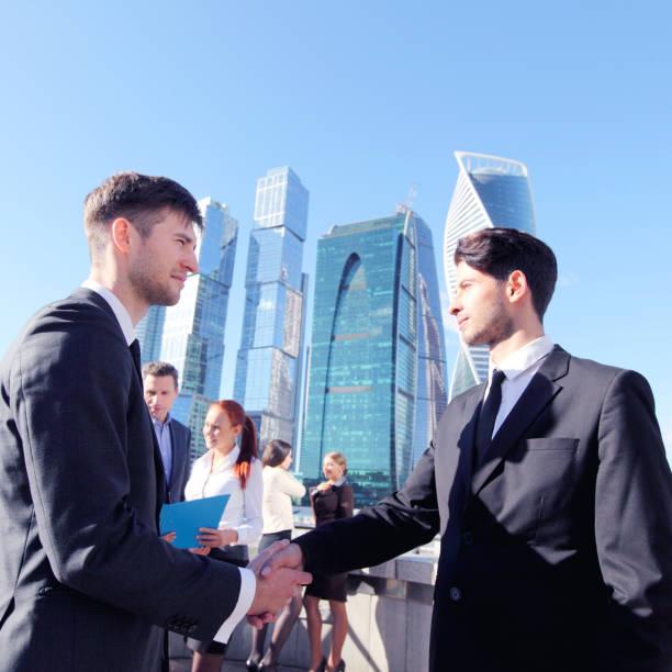business handshake - russisch hallo stock-fotos und bilder