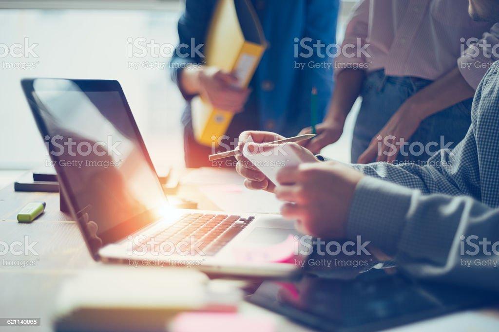 Business idea meeting. Digital team discussing new working plan – Foto