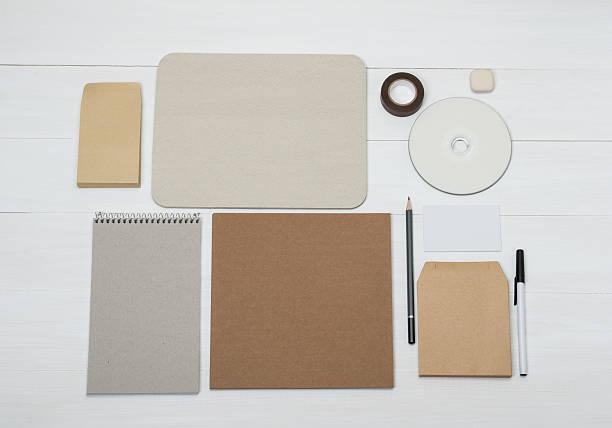 element mockup firmy tożsamości zestaw na białym tle drewniane biurko - rbg zdjęcia i obrazy z banku zdjęć