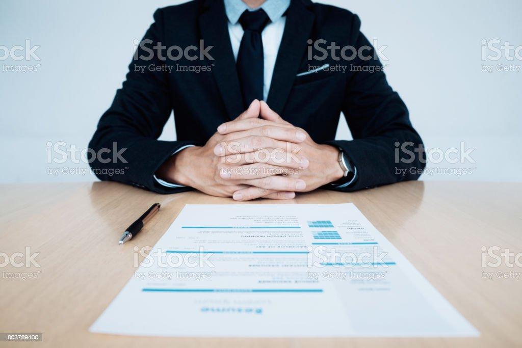 Business-Job-Interview. HR und Lebenslauf des Antragstellers auf Tisch. – Foto