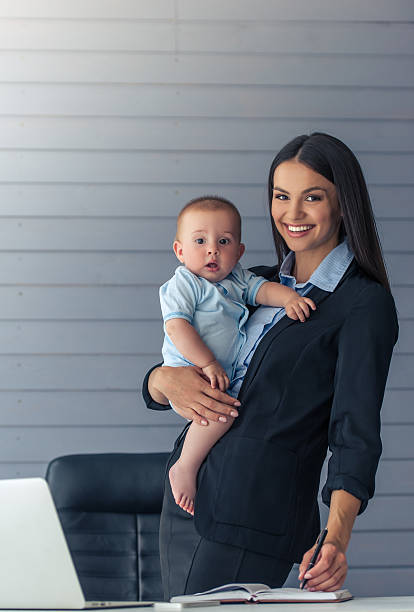 business lady with her baby - femmes actives photos et images de collection