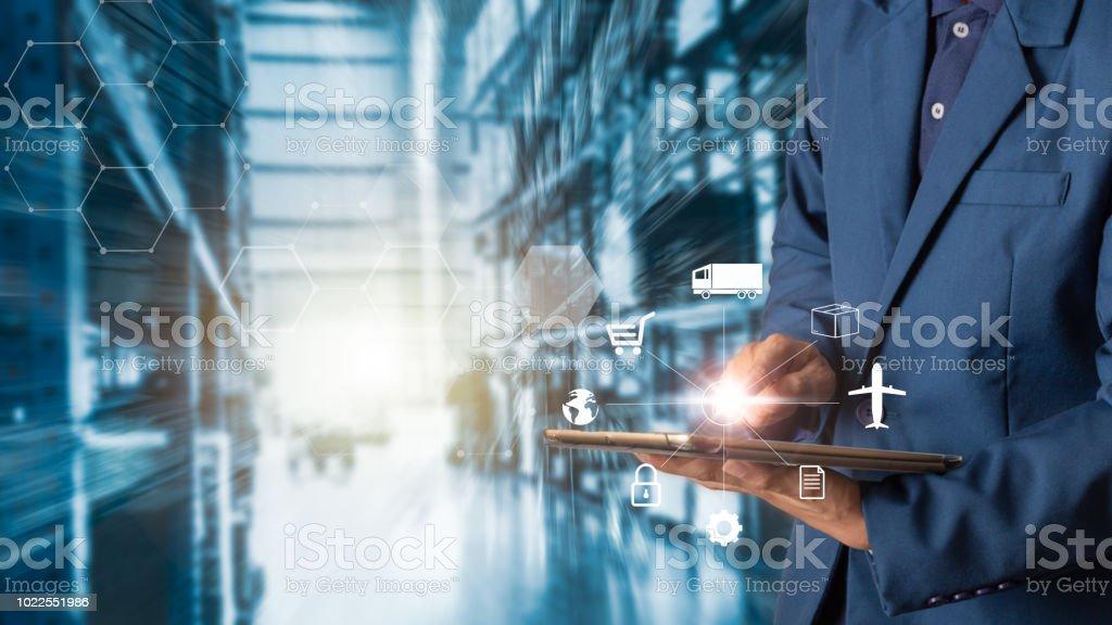 Concept de logistique d'entreprise, homme d'affaires manager à l'aide de tablette vérification et contrôle des travailleurs avec la logistique entrepôt du commerce moderne. Concept de branche 4.0 photo libre de droits