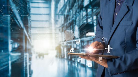 企業物流理念 商家經理使用片劑檢查和控制 為工人提供現代貿易倉儲物流行業40 概念 照片檔及更多 互動 照片