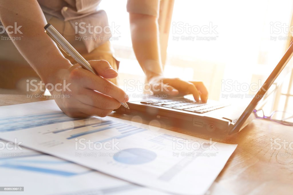 business man analyzing graph and chart document on office desk – Foto