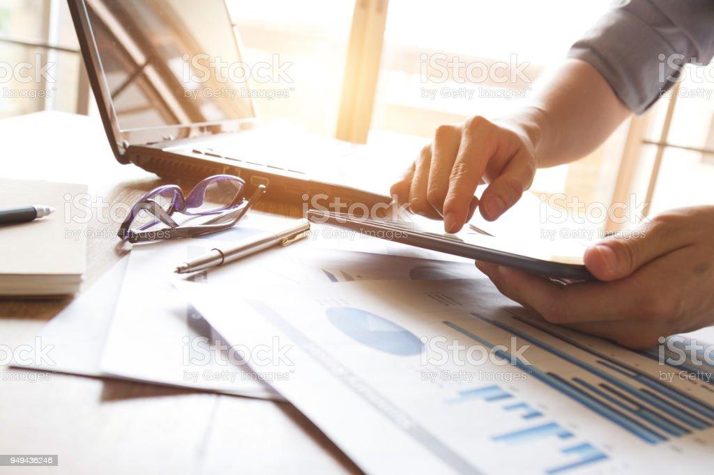 Geschäftsmann, Diagramm und Tabelle Dokument analysieren – Foto