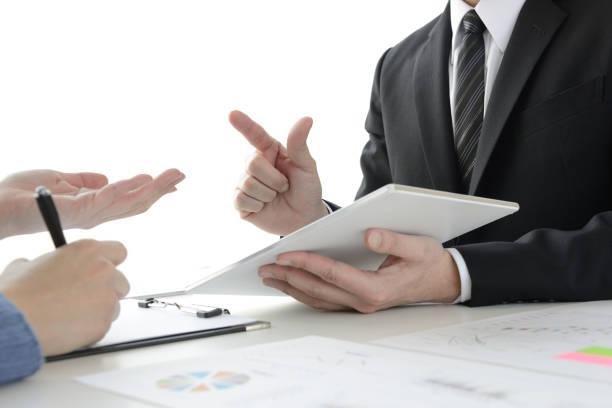 会議中のビジネスマンとクライアント - 交渉 アインの集客マーケティングブログ